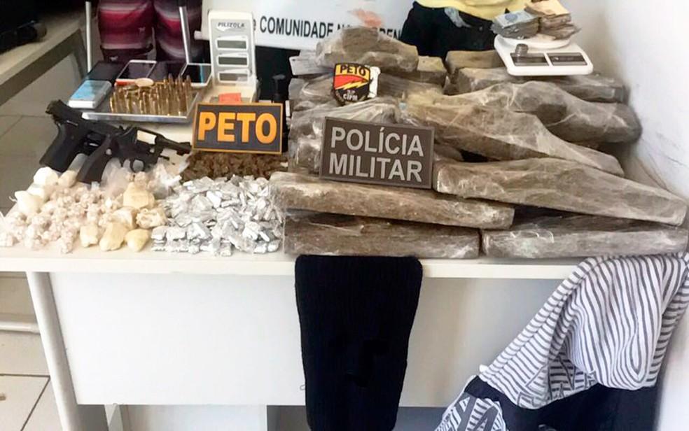 Drogas foram apreendidas com jovens dentro de casa (Foto: Blog Sigi Vilares)