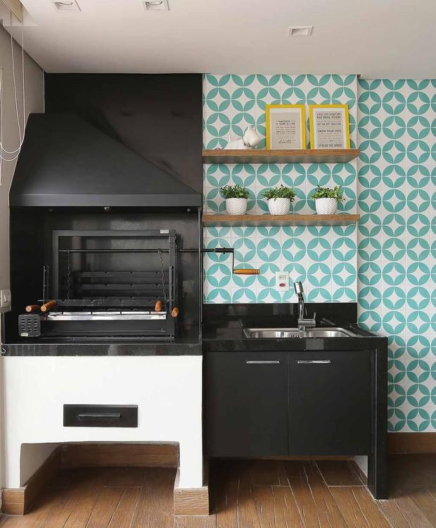 CHURRASQUEIRA | A arquiteta Gabrielle Fuzinato optou por colorir a churrasqueira de preto, criando um ambiente moderno e jovem.  (Foto: Mariana Orsi/ Divulgação)