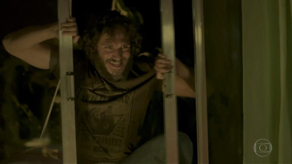 Dino (Paulo Rocha) invade o quarto de Eliza (Marina Ruy Barbosa) — Foto: TV Globo