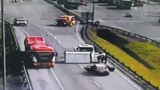 Câmera registra acidente após motorista ser ameaçado com arma falsa em SP; vídeo