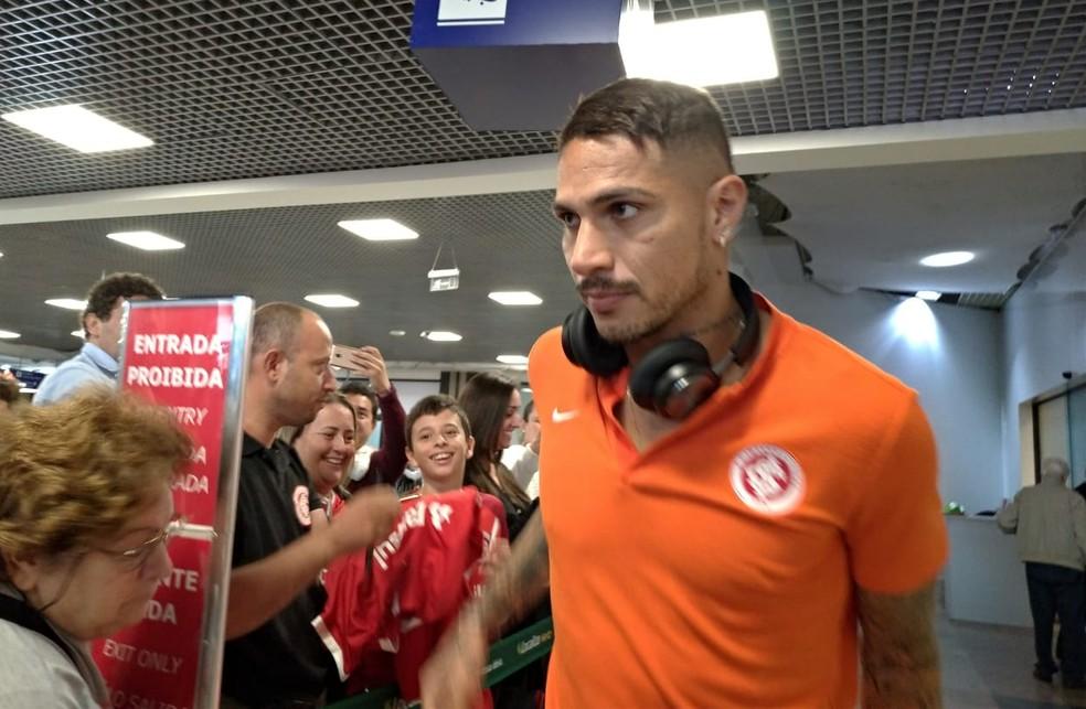 Paolo Guerrero foi um dos mais assediados — Foto: Lucas Bubols