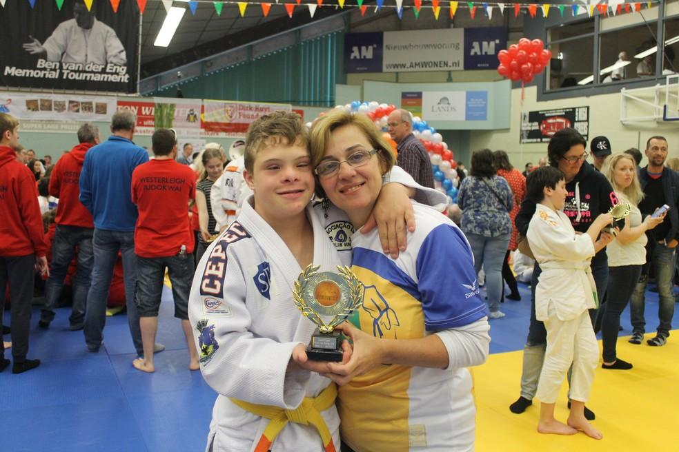 Valéria acompanhou o filho na viagem à Holanda e comemorou com ele a conquista do troféu — Foto: Valéria Domingues Moreira | Arquivo Pessoal