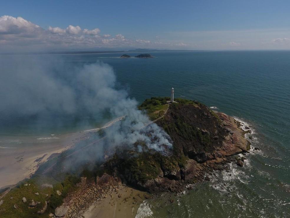 Incêndio destruiu aproximadamente três mil metros quadrados de vegetação do Morro do Farol, na Ilha do Mel, em Paranaguá, no litoral do Paraná, — Foto: Arquivo Pessoal/Carlos França