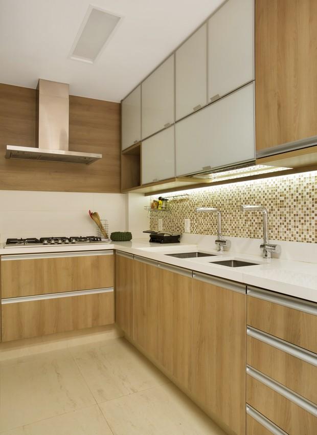 Sem a parede que isolava o ambiente, a cozinha se abriu para a sala de jantar e deu origem a um agradável espaço de refeições  (Foto: Produção Aldi Flosi | Fotos Denilson Machado/MCA Estúdio/Divulgação)