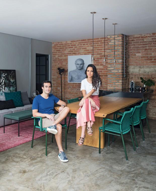 MORADORES Lucas e Marcella no espaço gourmet com mesa de madeira da Natural Wood e cadeiras da Tidelli (Foto: André Klotz / Editora Globo)