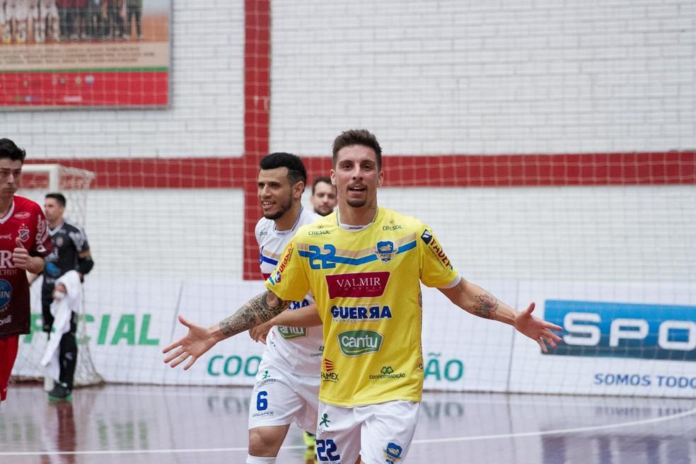 Jamur balançou a rede atuando como goleiro-linha (Foto: Divulgação/Pato Futsal)