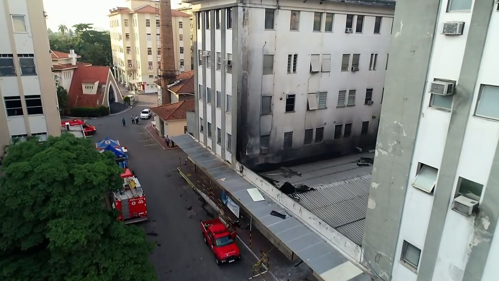 Equipes do Corpo de Bombeiros seguem trabalhando no rescaldo do incêndio — Foto: Reprodução/TV Globo