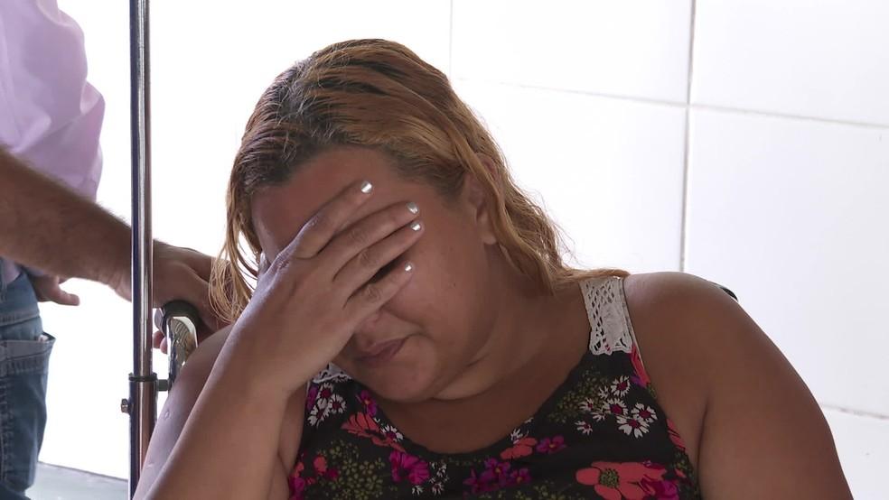 Gerlane Sotero, mãe de vítima de homicídio, precisou receber atendimento médico no IML, no Recife — Foto: Reprodução/TV Globo