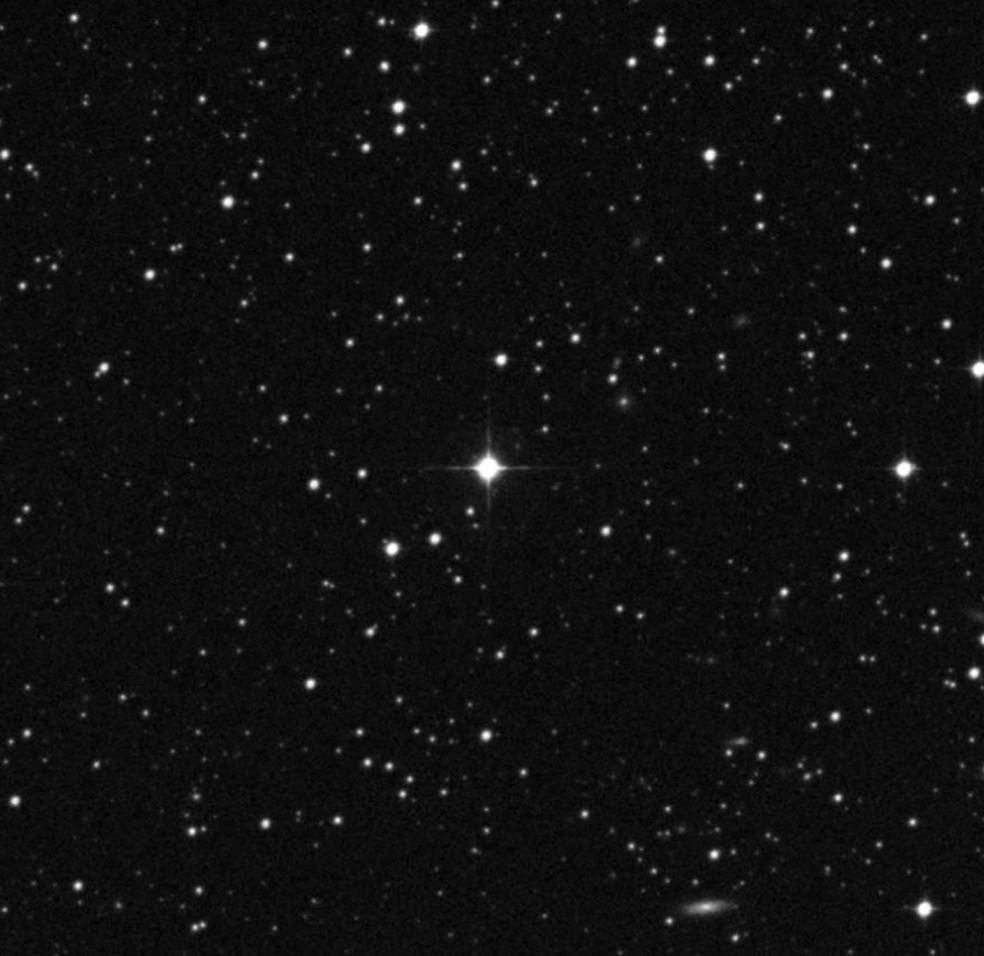 Gêmea solar HIP 68468 está representada no centro da imagem (Foto: The STScI Digitized Sky Survey)