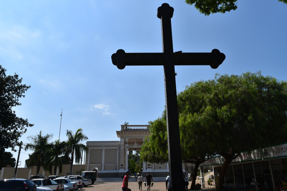 Cruz chama atenção na entrada do Cemitério da Saudade — Foto: Rui do Amaral/G1