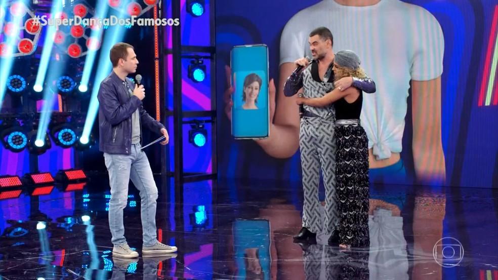 Carmo Dalla Vecchia recebe um abraço da bailarina Bruna Santos no 'Super Dança dos Famosos' — Foto: Reprodução/TV Globo