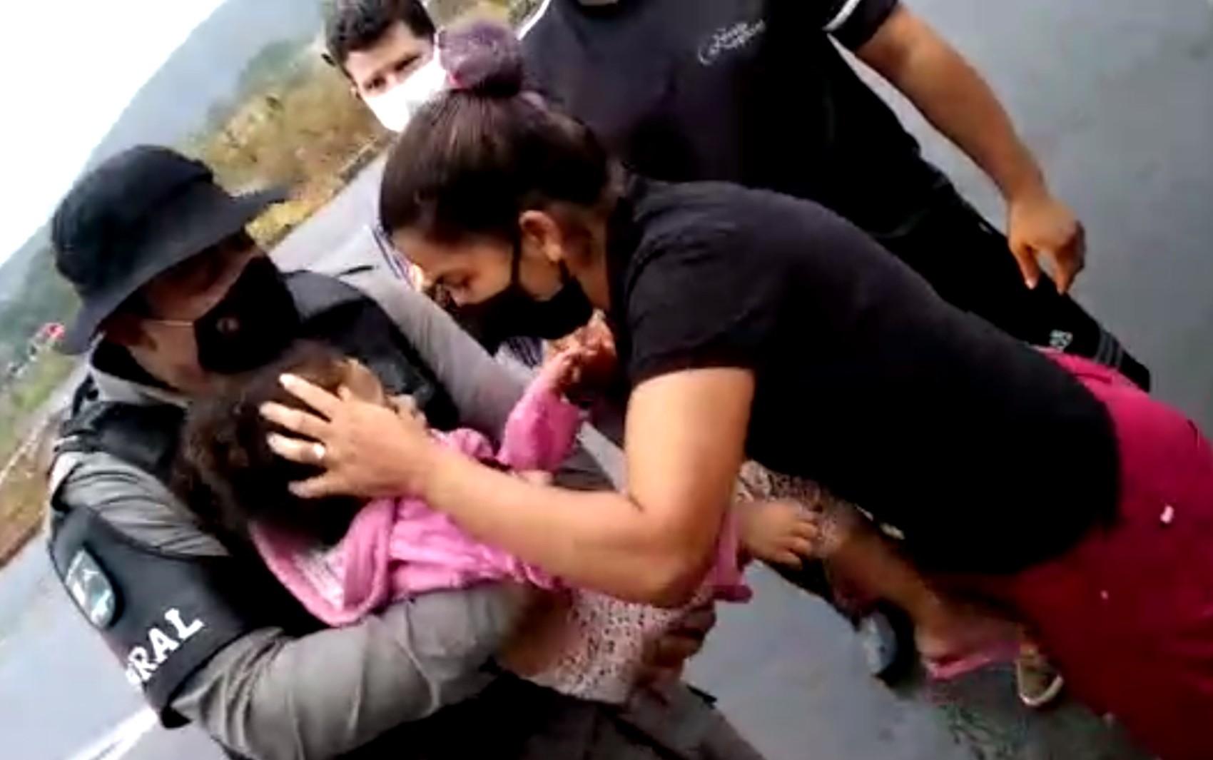 Policiais salvam criança que sofreu parada cardiorrespiratória na GO-225; vídeo
