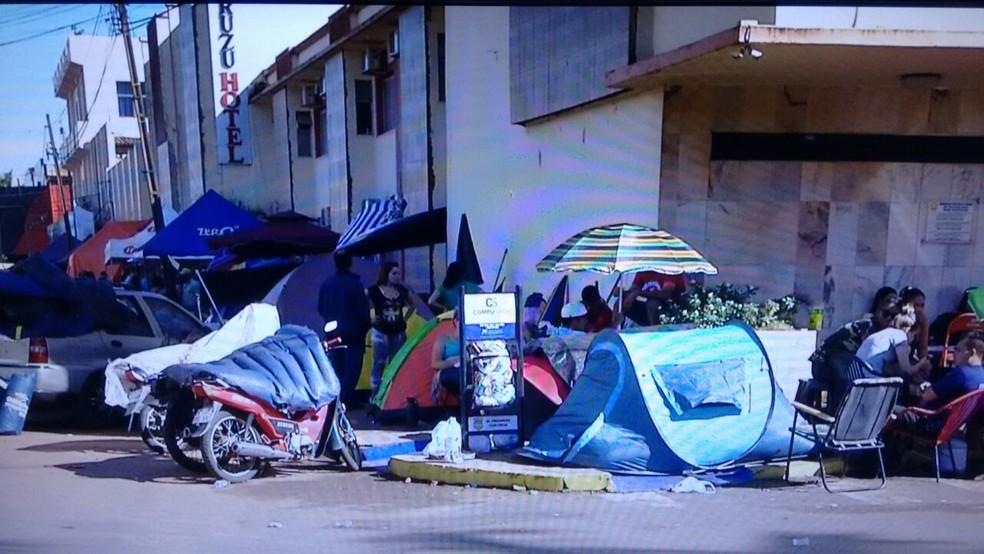Estudantes brasileiros acampam em frente a faculdade de medicina no Paraguai, em cidade vizinha a Ponta Porã, MS (Foto: Mauro Almeida/TV Morena)