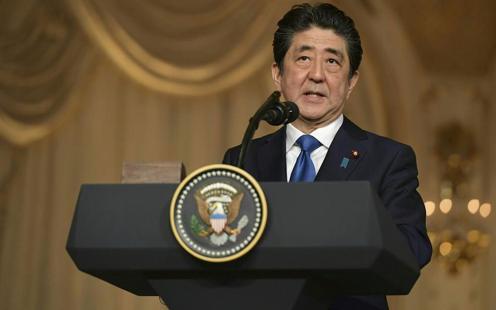 -  O primeiro-ministro do Japão, Shinzo Abe, durante entrevista coletiva em Mar-a-Lago, em Palm Beach, na Flórida, em abril  Foto: Mandel Ngan/AFP