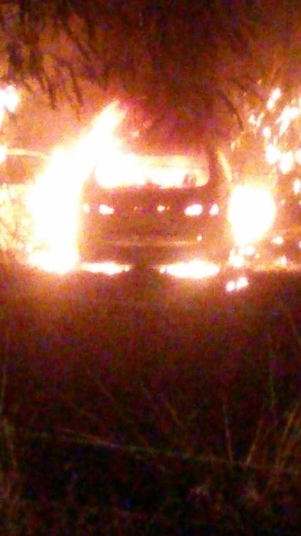 Ladrões que roubaram carro em clínica veterinária trocaram tiros com a polícia e fugiram após veículo pegar fogo (Foto: Divulgação)