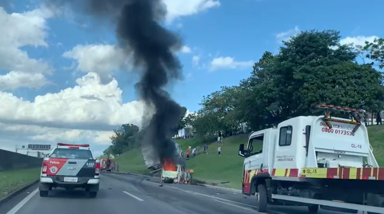 Motociclista morre e carro pega fogo em acidente na Dutra em São José dos Campos