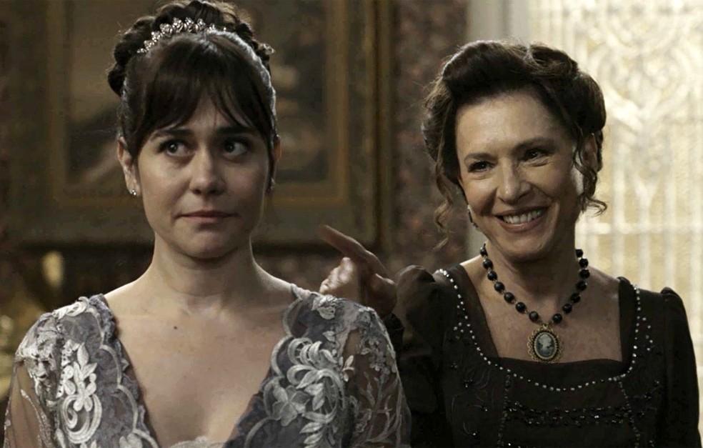 Susana e Lady Margareth estão vibrando pelo fim do romance de Darcy e Elisabeta  (Foto: TV Globo)