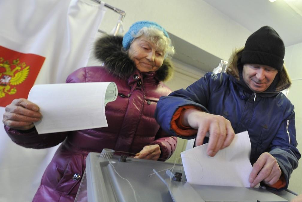 Eleitores votam no domingo (28), na Rússia, na cidade de Yelizovo, no nordeste do país (Foto: Alexander Petrov/AP)