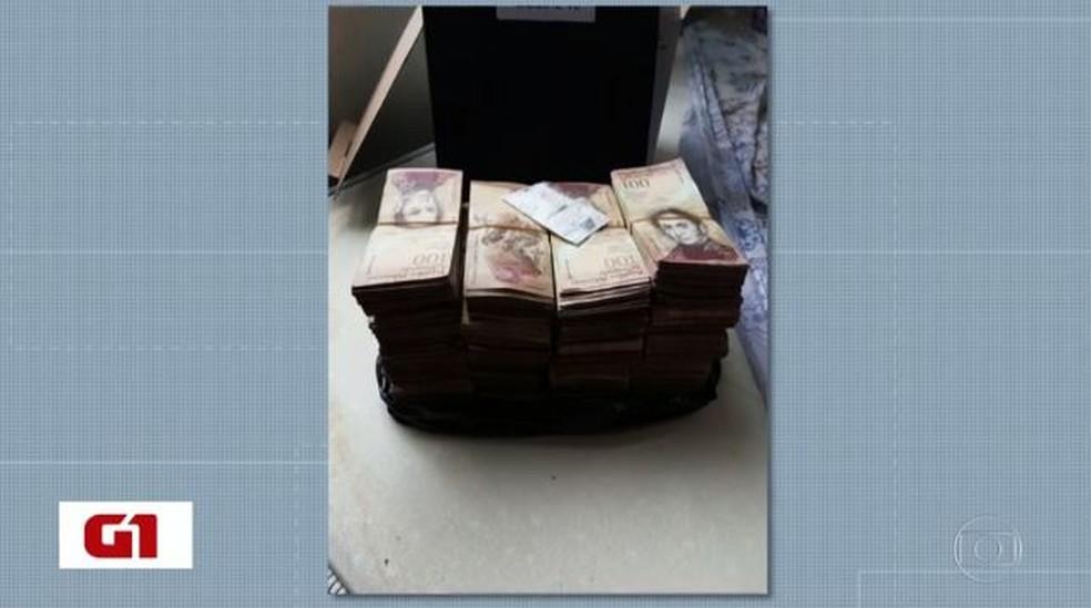 Dinheiro em moeda da Venezuela foi apreendido em operação no Sul do Rio — Foto: Reprodução