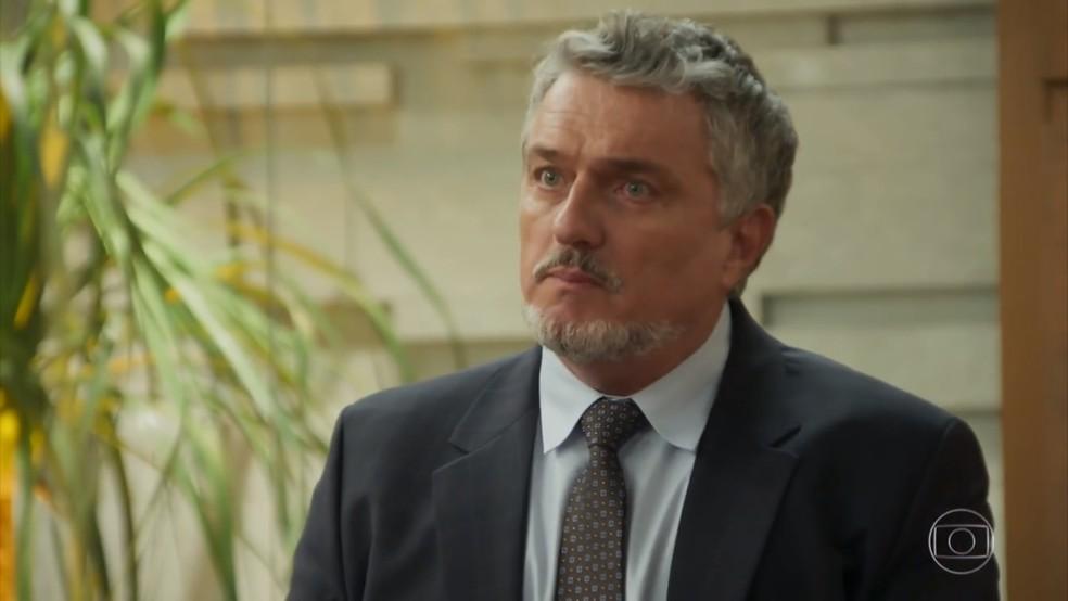 Guido (Werner Schünemann) defede Aparício (Alexandre Borges) - 'Haja Coração' — Foto: Globo