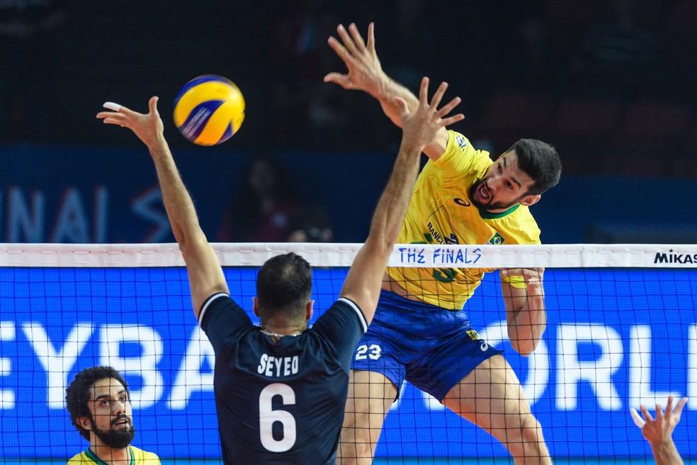 Flavio ataca forte - meio esteve bem no jogo — Foto: FIVB