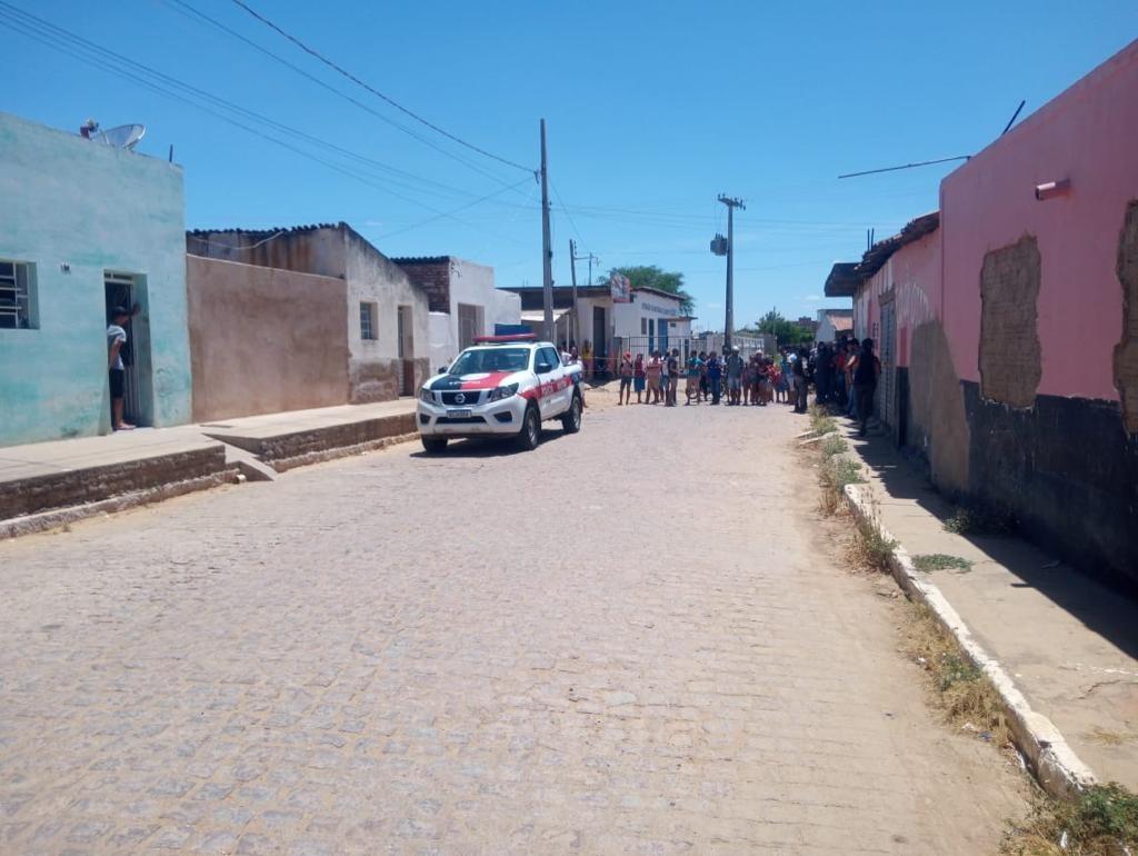 Homem e mulher são encontrados mortos e sem roupas dentro de carro, na Paraíba