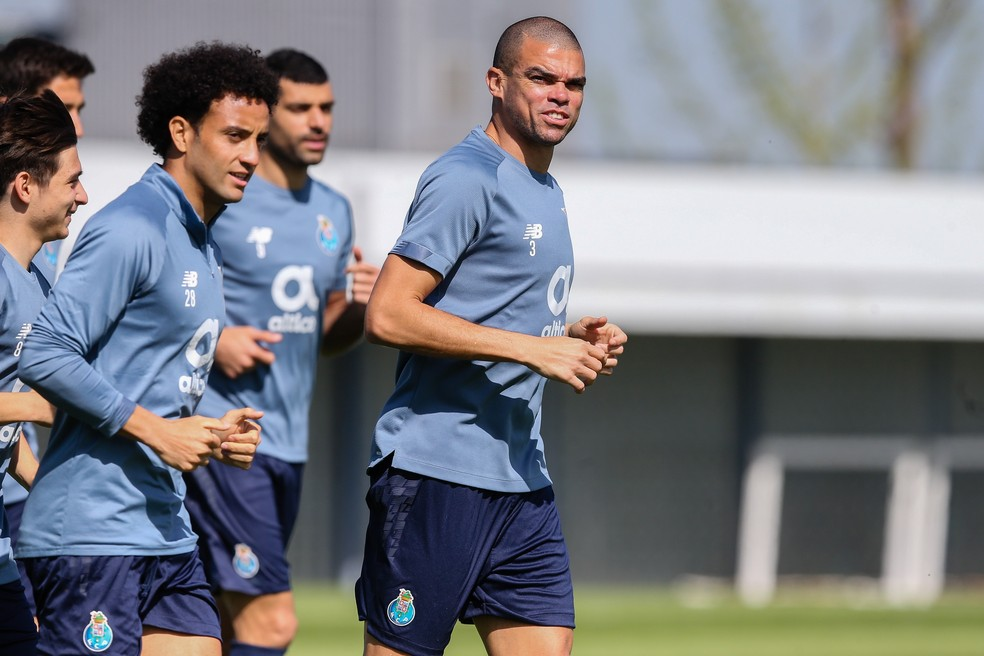 O veterano Pepe, de 38 anos, puxa a fila em treino do Porto — Foto: EFE