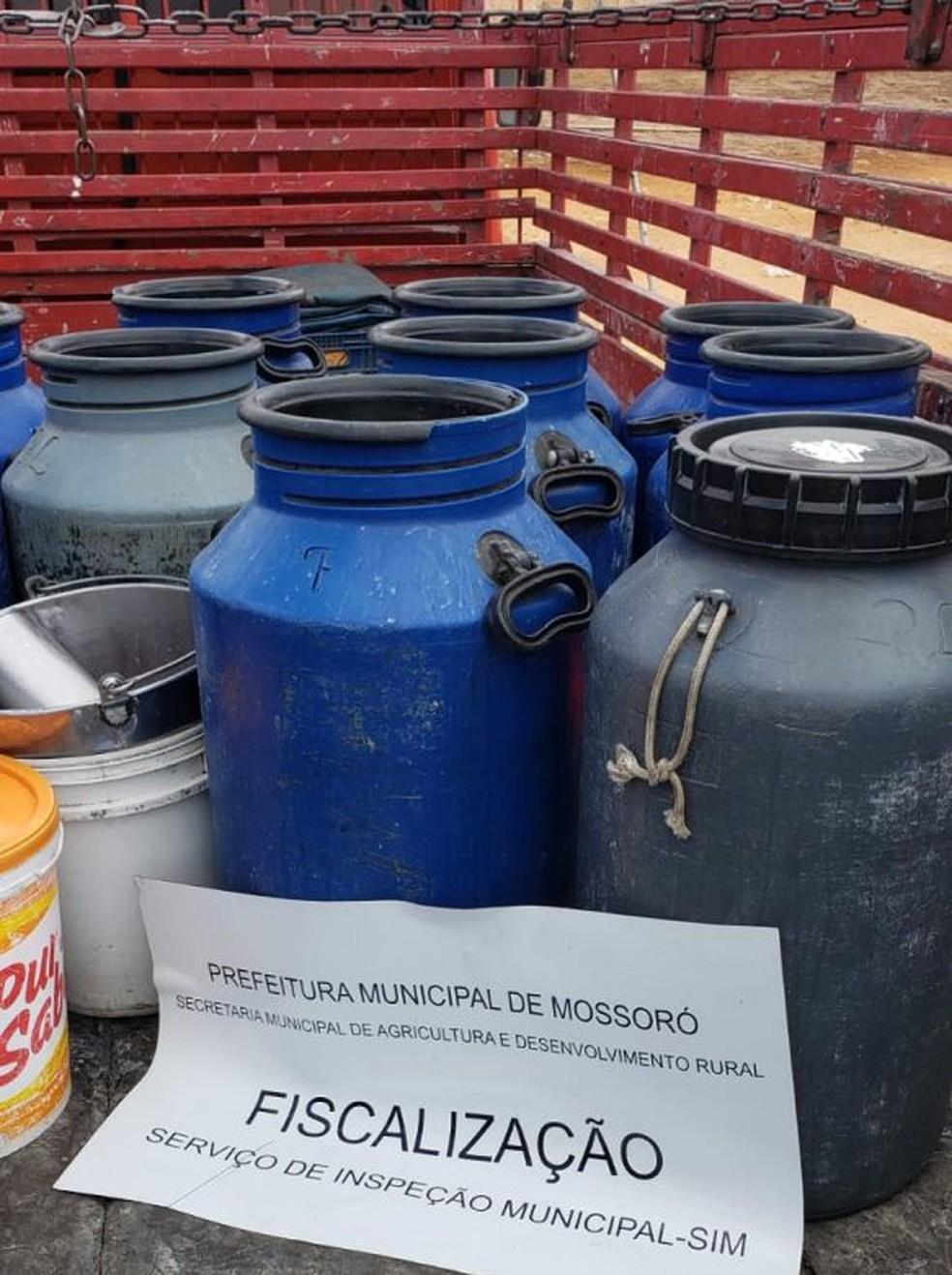 Barreira sanitária em Mossoró apreende 700 litros de leite in natura impróprio para consumo — Foto: Cedida