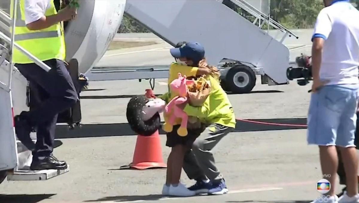 Rayssa Leal desembarca em Imperatriz e é recebida pelo irmão após conquista inédita nas Olimpíadas de Tóquio; veja vídeo