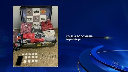 Passageiro de ônibus é preso após polícia achar drogas e roupas sem notas fiscais em bagagem