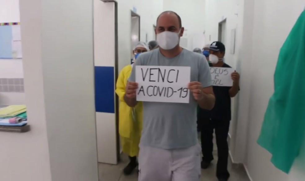 Paciente comemora a cura da Covid-19 em Salgueiro — Foto: Reprodução