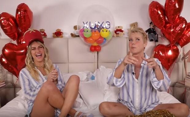 Xuxa e Giovanna em entrevista na cama para o canal da atriz (Foto: Reprodução)