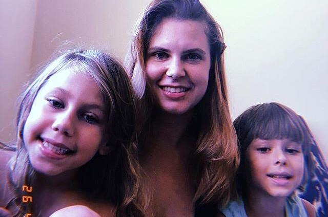 Carolinie Figueiredo entre os filhos, Bruna e Theo (Foto: Reprodução)