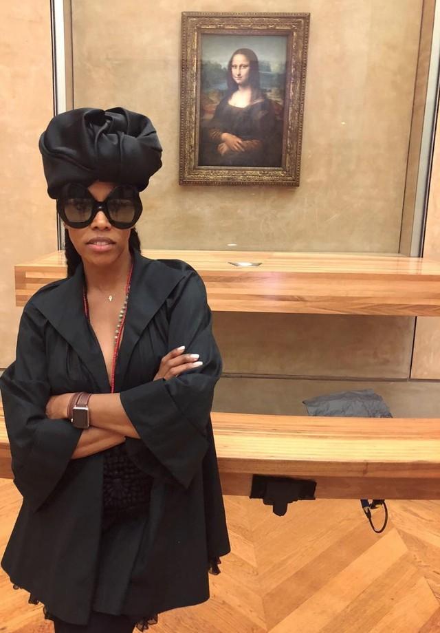 June Ambrose no Museu do Louvre durante as filmagens de Apes**t. (Foto: Instagram June Ambrose/ Reprodução)