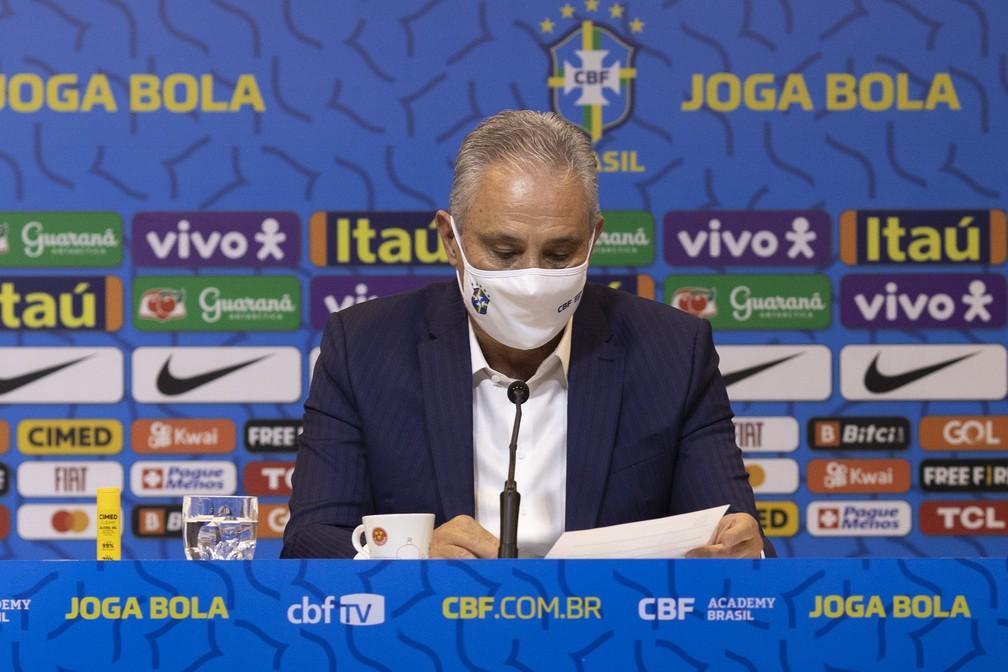 Tite lê a lista de jogadores convocados para a Seleção — Foto: Lucas Figueiredo / CBF