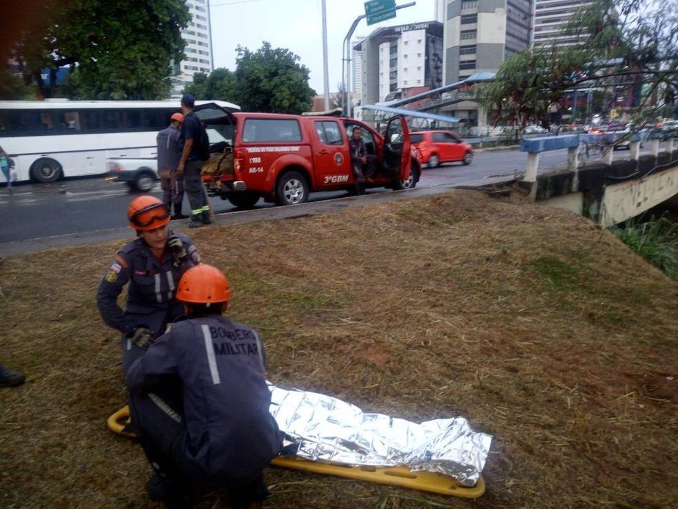 Homem foi resgatado logo no início da Avenida Tancredo Neves (Foto: Divulgação/Bombeiros militares)