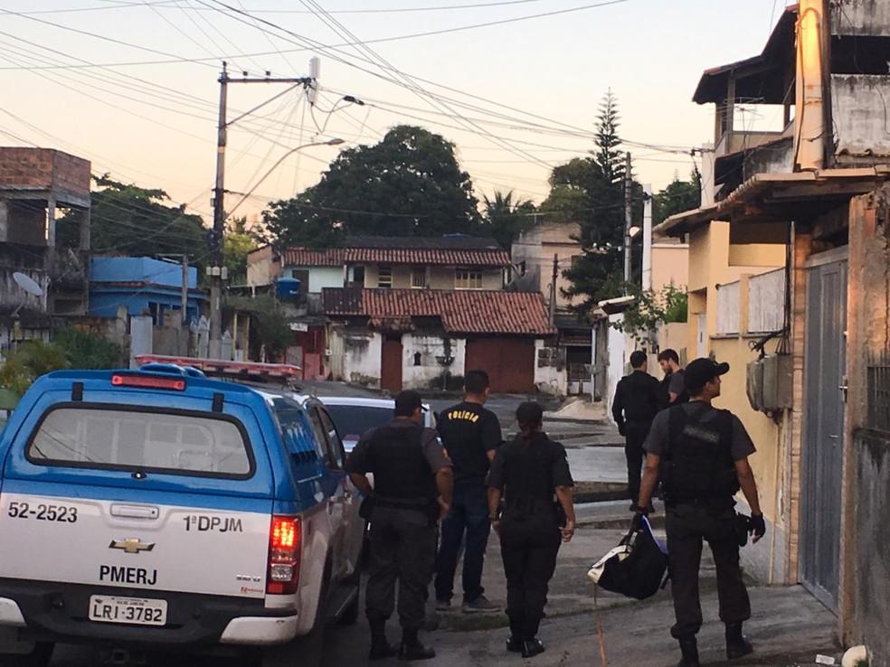 Polícia chega a um dos endereços da operação, em São Gonçalo — Foto: Fernanda Rouvenat/G1