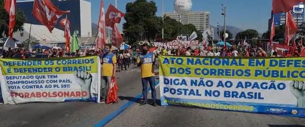 Funcionários dos Correios participam de protesto contra o governo Bolsonaro, no Centro do Rio, na manhã de 25 de julho — Foto: Jefferson Monteiro/TV Globo