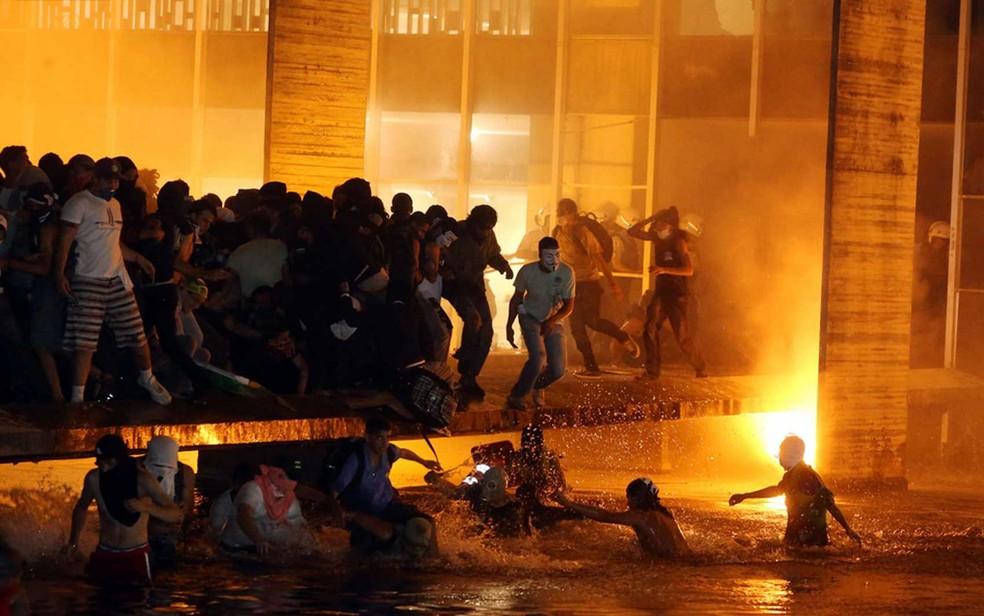 Brasília - Polícia afasta os manifestantes que tentam invadir o prédio do Itamaraty (Foto: André Dusek / Estadão Conteúdo)