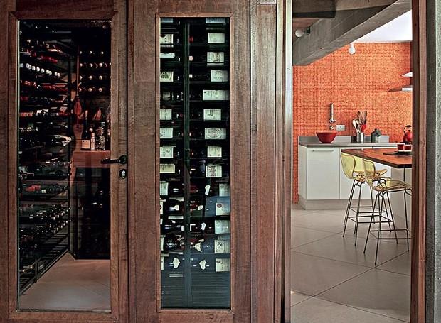 """A arquiteta Flavia Petrossi aproveitou melhor uma área onde ficava uma escada de serviço. """"Não faz sentido nos dias de hoje"""", afirma. No espaço, ela criou uma adega climatizada, com vidro na face voltada para a sala de jantar (Foto: Luis Gomes/Casa e Jardim)"""