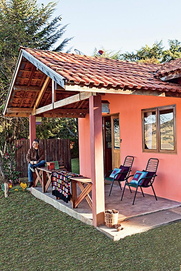 Sem gastar muito nem seguir tendências, o arquiteto Ricardo Caminada reúne suas principais referências de felicidade em 50 m² no alto de uma montanha em Gonçalves, Minas Gerais. Da varanda avista-se um grandioso pasto (Foto: Lufe Gomes / Casa e Jardim)
