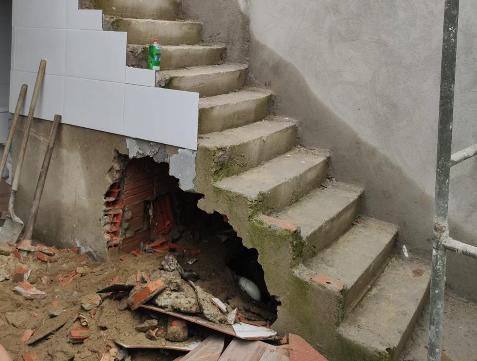 Corpo foi encontrado em vão de escada em obra de São Vicente, SP — Foto: Reprodução/Polícia Civil