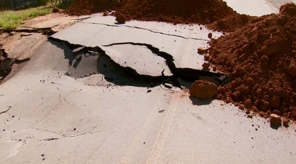 -  Buraco de quase 2 metros faz trecho ficar interditado entre Baependi e Caxambu  Foto: Reprodução EPTV