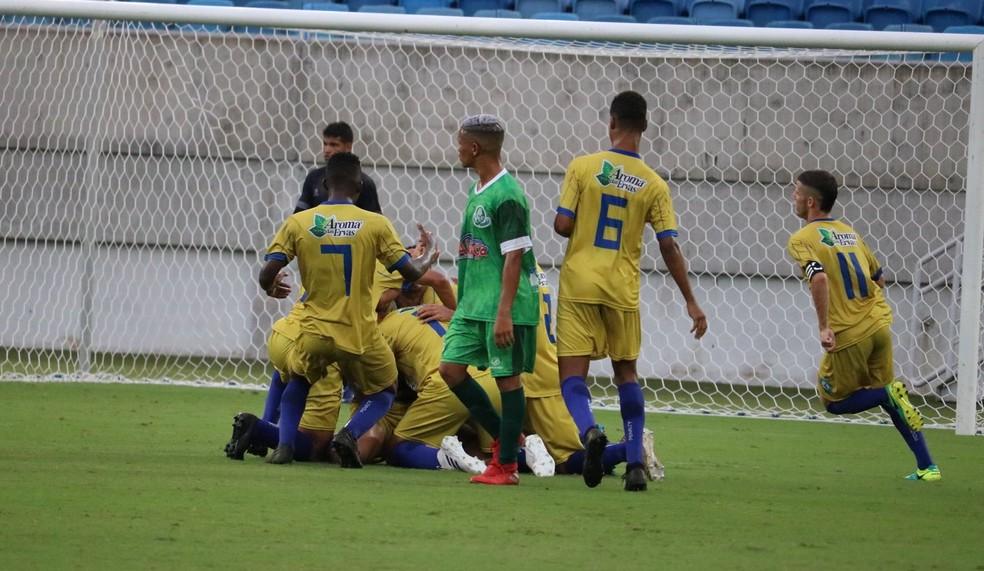 Jogadores do Visão Celeste comemoram gol do empate salvador com o Palmeira de Goianinha — Foto: Augusto Gomes/GloboEsporte.com