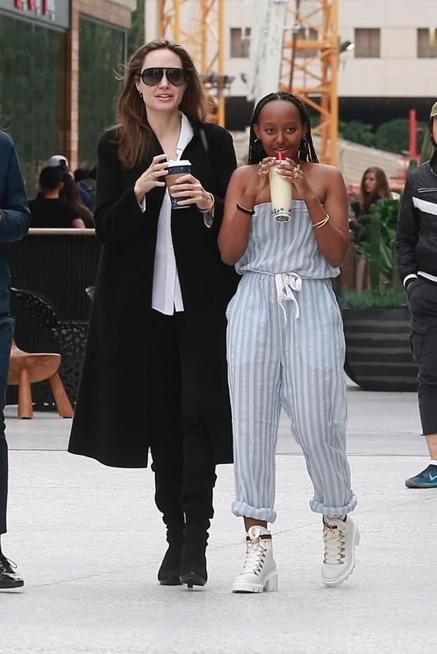 Angelina Jolie e a filha, Zahara (Foto: Backgrid)