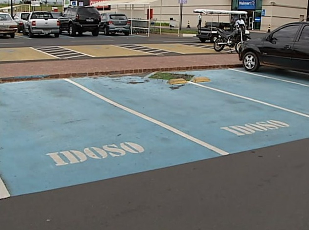 Não há isenção de estacionamento em shoppings de todo o país para idosos prevista em lei (Foto: Reprodução/TV Integração)