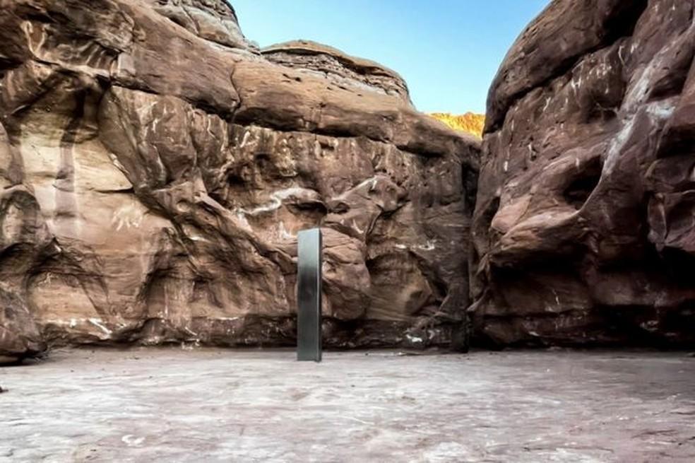 Foto do monolito tirada por Surber, uma das primeiras pessoas a conhecer presencialmente o misterioso objeto — Foto: David Surber/BBC