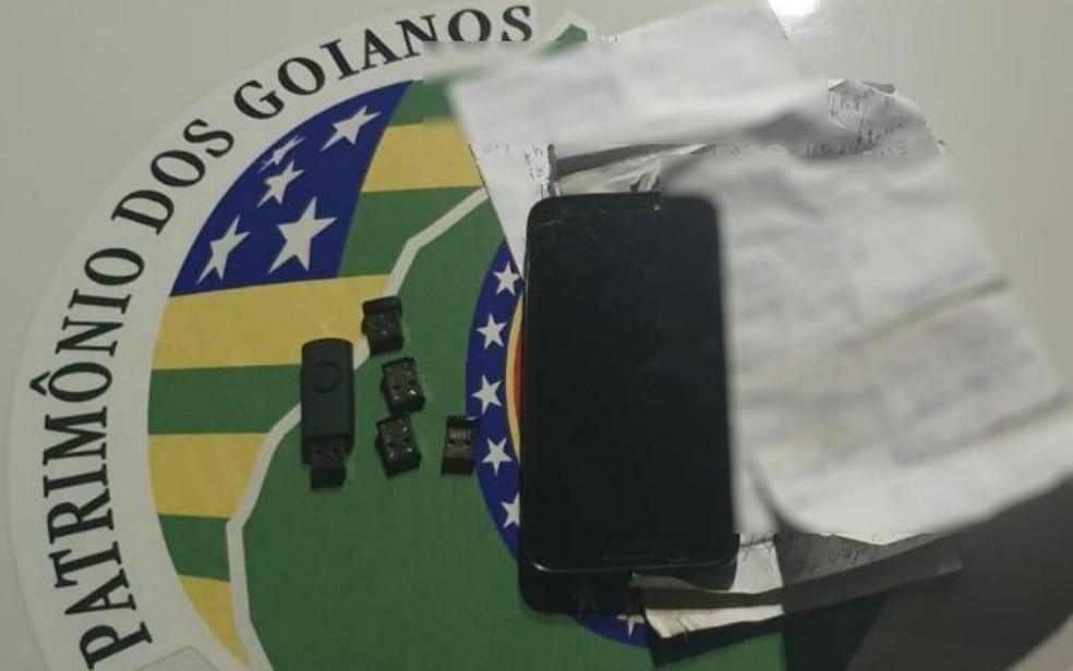 Pen drive usado por pastor para armazenar imagens de pornografia infantil, em Goiânia — Foto: Divulgação Polícia Militar