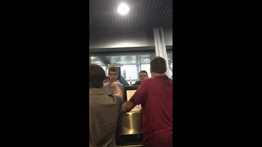 Carro de transporte de bagagem bate em avião no Recife e atrasa voo internacional