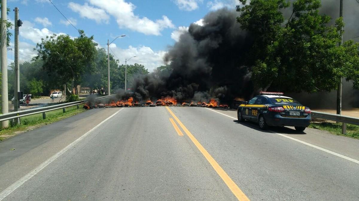 Manifestantes colocam fogo em pneus e fecham trecho da BR-101, em Campos, no RJ